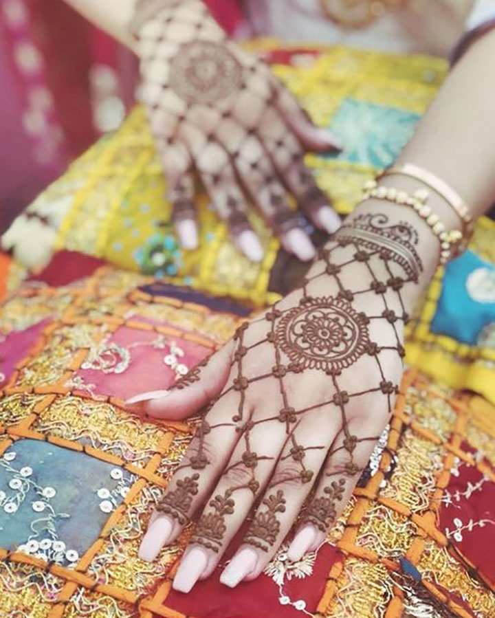 Graceful Mehendi Design that Goes with All Colours of Outfits